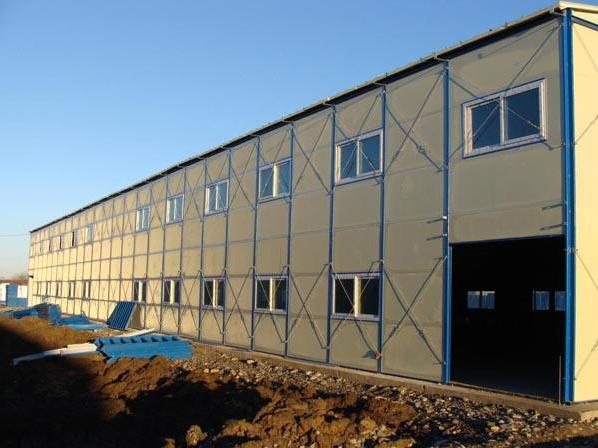 贵阳钢结构的优点与缺点 和其它材料的结构相比,钢结构具有以下特点: 一、钢结构重量轻 钢结构的容重虽然较大,单与其它建筑材料相比,它的强度却高很多,因而当承受的荷载和条件相同时,钢结构要比其它结构轻,便于运输和安装,并可跨越更大的跨度。 二、钢材的塑性和韧性好 塑性好,使钢结构一般不会因为偶然超载或局部超载而突然断裂破坏。韧性好,则使钢结构对动力荷载的适应性较强。钢材的这些性能对钢结构的安全可靠提供了充分的保证 三、钢材更接近于匀质和各向同性体 钢材的内部组织比较均匀,非常接近匀质和各向同性体,在一定的应